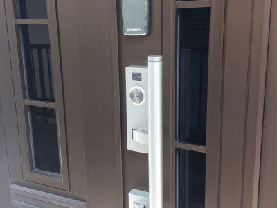 玄関ドアは電子キーを採用。個室の鍵もナンバーロックなので鍵を持つ必要はありません。