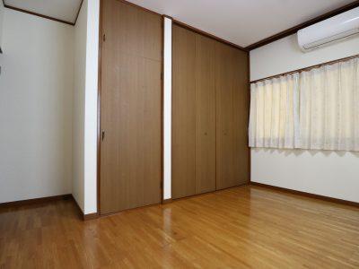 207 東側出窓と北側窓の落ち着いた雰囲気のお部屋です。