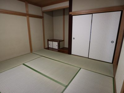 8畳の多目的室。1間の収納と床の間があります。スペースの有効利用を受付中です。