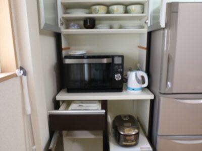 1F:冷蔵庫の横にレンジ棚がありヘルシオや炊飯器も備え付けてあります。食器も入ってます。