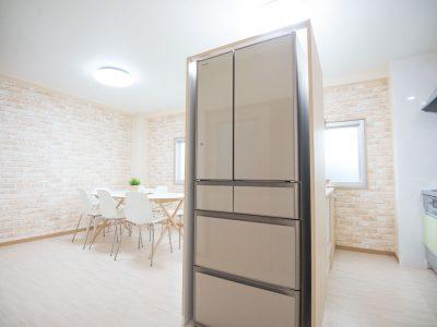 キッチンとダイニングの間に冷蔵庫