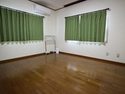 201 ハウスで一番広い8畳のお部屋は、西側(出窓)と北側に腰高の窓があります。