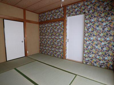 1F:6畳の和室は1.5畳分の収納もたっぷり。アクセントクロスを貼りました。