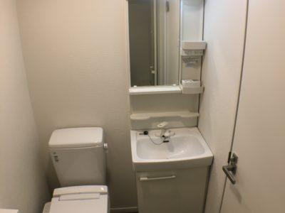 洗面台とトイレ。各部屋にあるので安心。