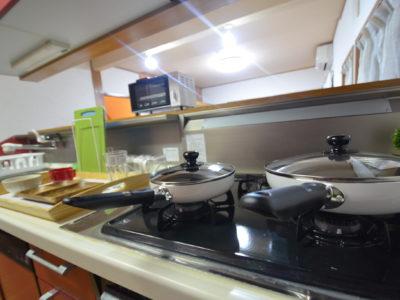 フライパンなどのキッチンアイテムも常備。