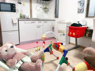 共有のダイニングキッチンでは、お子様を目の届くところで遊ばせながら料理をすることができます。