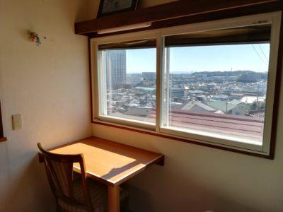 201号室 町を一望する勉強机。