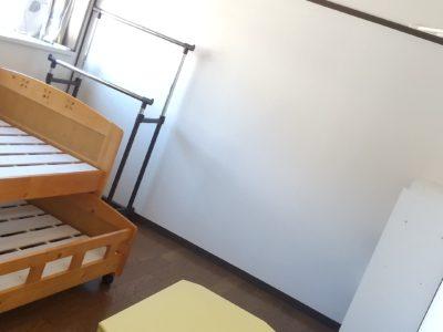 202号室です。各部屋はテーマカラーがあります。ここは黄色。全室エアコンと遮光カーテン付き。