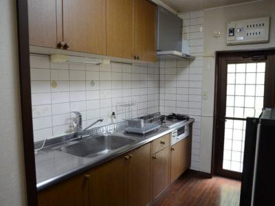 キッチン。ビルトインコンロとレンジフードは新調しました。