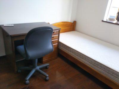 201室と202室には机とベッドがあります。